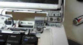 wylamane-zawiasy-uszkodzona-obudowa-laptopa-wymiana-zawiasow-i-obudow